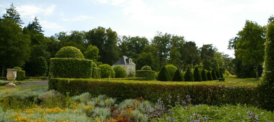 pavillon-jardin-vu-chateau_byespritdefrance.jpg