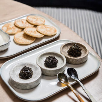 numero-magazine-astara-restaurant-caviar-saumon-fume-paris-palais-royal-petits-champsastara_degustation_caviars_canne-emmanuelle_thion_2_byespritdefrance
