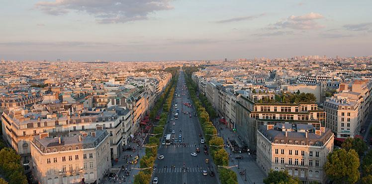Les Champs Elysees a 10 min de l'Hotel Brighton Paris